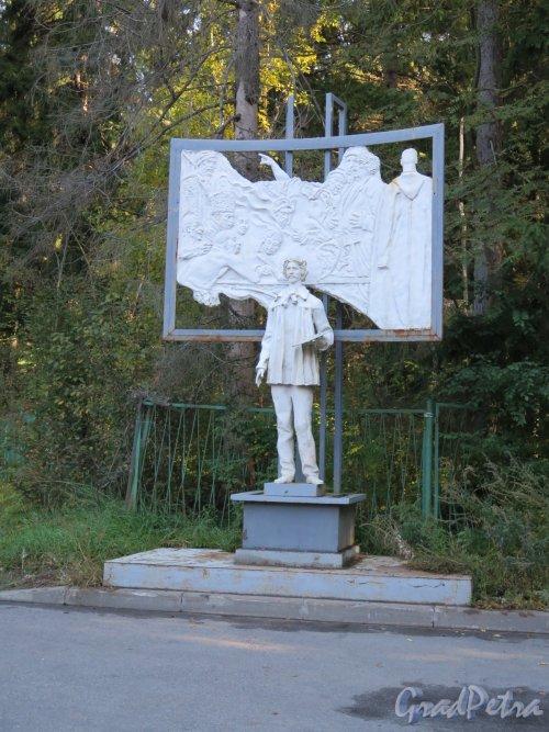 Приморское шоссе (Репино), д. 411. Памятник И.Е. Репина с палитрой в руках. При входе в Музей-Усадьбу «Пенаты». фото сентябрь 2016 г.