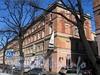 Бол. Конюшенная ул., д. 2. Жилой корпус Придворно-конюшенного ведомства. Общий вид правой части корпуса от Шведского переулка. Фото март 2010 г.