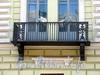 Бол. Конюшенная ул., д. 5. Доходный дом М. И. Пущина. Решетка балкона. Фото март 2010 г.