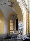 Почтамтская ул., д. 9. Санкт-Петербургский почтамт. Рисунок на колонне галереи. Фото январь 2012 г.