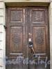 Ул. Чайковского, д. 45. Двери парадного входа. Апрель 2009 г.