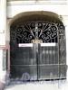 Ул. Чайковского, д. 28. Особняк Кельха. Решетка въездных ворот. Апрель 2009 г.