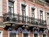 Ул. Чайковского, д. 20 (левая часть). Доходный дом Н.В.Оболенской. Центральный балкон. Фото сентябрь 2009 г.