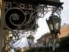 Ул. Чайковского, д. 20 (правая часть). Бывший доходный дом. Решетка козырька парадной с фонарями. Фото сентябрь 2009 г.