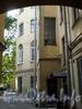 Ул. Чайковского, д. 27 (правая часть). Особняк В. П. Давыдова. Вид здания со двора из арки дома 27 (левая часть). Фото сентябрь 2009 г.