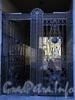 Бол. Конюшенная ул., д. 17.  Доходный дом Корсаковых (Я. Ф. Сахара). Решетка ворот. Фото июль 2009 г.