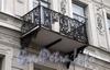Итальянская ул., д. 31. Бывший доходный дом. Поврежденная решетка балкона. Фото октябрь 2009 г.