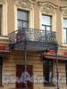 Караванная ул., д. 8. Бывший доходный дом. Балкон над центральным входом. Фото октябрь 2009 г.