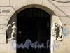 Ул. Куйбышева, д. 36. Доходный дом В. А. Буксгевдена. Скульптуры орлов у парадного входа. Фото август 2009 г.