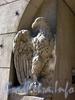 Ул. Куйбышева, д. 36. Доходный дом В. А. Буксгевдена. Скульптура орла у парадного входа. Фото август 2009 г.