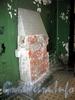 Ул. Чапаева, д. 4 / Мал. Посадская ул., д. 25. Доходный дом В. Т. Тимофеева. Остатки камина в парадной здания. Фото август 2009 г.