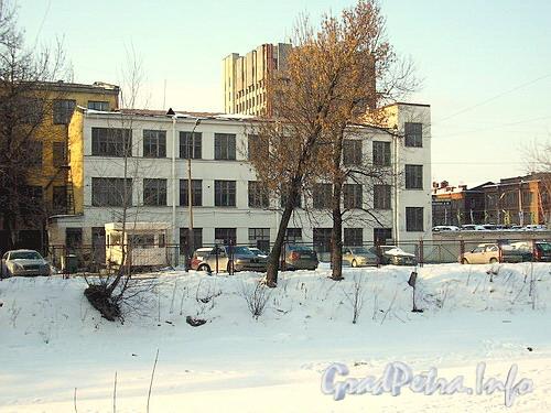 Уральская ул., дом 2.Общий вид здания со стороны реки Смоленки. Фото начала 2000-х годов