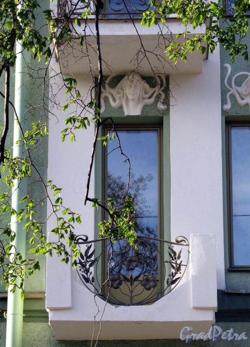 Фурштатская ул., д. 28. Оформление окна. Фото сентябрь 2010 г.