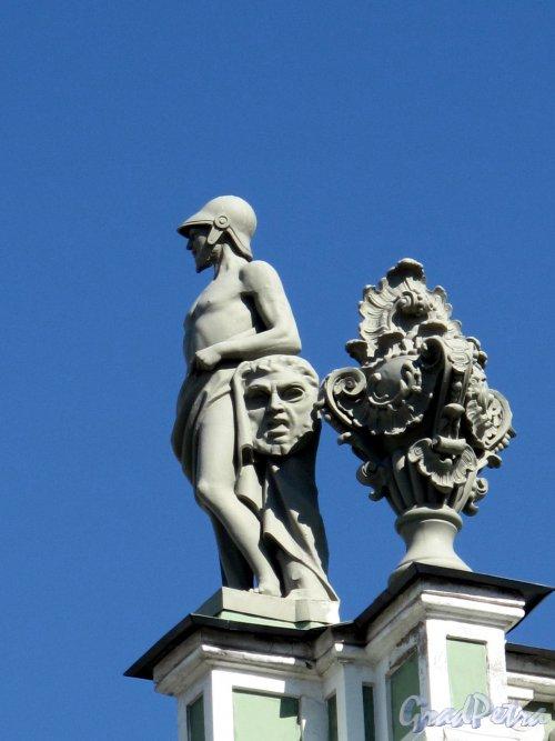 Миллионная ул., д. 39. Зимний дворец. Статуи на балюстраде кровли со стороны Большого двора. Фото май 2011 г.