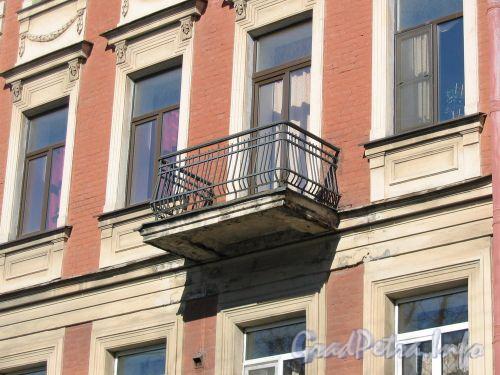 Фурштатская ул., д. 50. Бывшее здание общины сестер милосердия. Балкон. Март 2009 г.