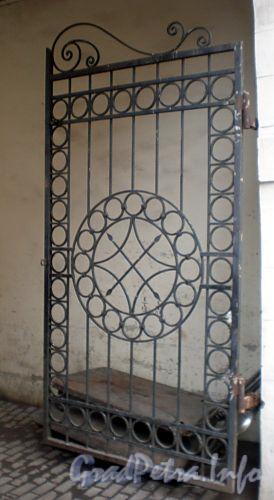 Ул. Достоевского, д. 3. Решетка ворот. Фото октябрь 2008 г.