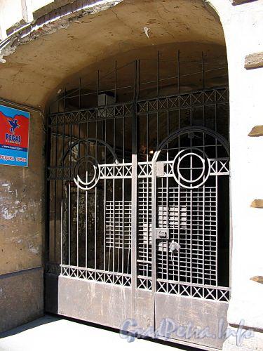 Ул. Достоевского, д. 23. Бывший доходный дом. Решетка ворот. Фото июль 2009 г