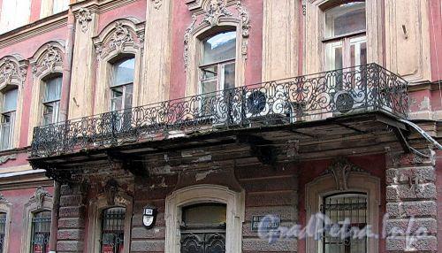 Галерная ул., д. 20 (правая часть). Доходный дом И.О. Утина. Балкон. Фото июль 2009 г.