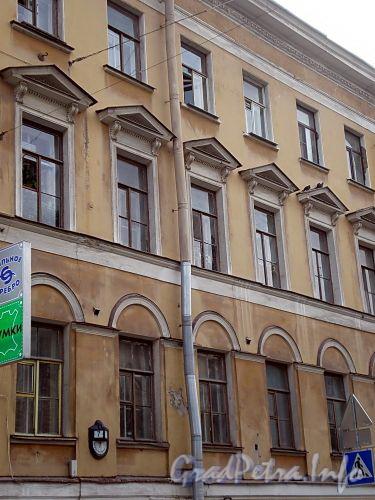 Фурштатская ул., д. 7. Жилой дом при евангелическо-лютеранской церкви Св. Анны. Фрагмент фасада. Фото сентябрь 2009 г.