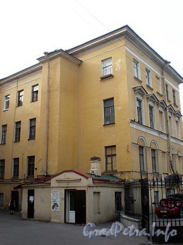Фурштатская ул., д. 7. Жилой дом при евангелическо-лютеранской церкви Св. Анны. Вид со двора. Фото сентябрь 2009 г.
