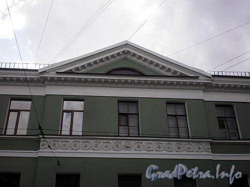 Гороховая ул., д. 57 / наб. реки Фонтанки, д. 81. Фрагмент центральной части фасада здания по улице. Фото июль 2009 г.