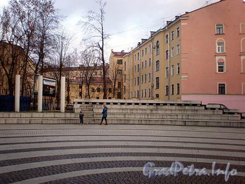 Площадка перед стадионом университета им. Лесгафта. Фото ноябрь 2009 г.