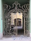 Фурштатская ул., д. 28. Доходный дом М. Е. Зенкевич, Въездные ворота. фото апрель 2018 г.