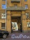 Таврическая ул., д. 2. Жилой дом для военнослужащих. Вид на арку въезда. фото май 2018 г.