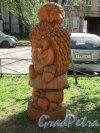 Бол. Монетная ул., д. 31-33. Деревянная фигура Ежик на детской площадке во дворе. фото май 2918 г.