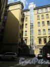Конная ул., д. 8. Доходный дом Т. П. Павловой. 2-й проходной двор. Угол двора. фото май 2018 г.