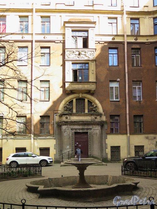 Моховая ул., д. 26. Доходный дом А. Н. Граббе, 1913-14, арх. С.Г. Гингер. Общий вид на дворовый фасад. фото май 2017 г.