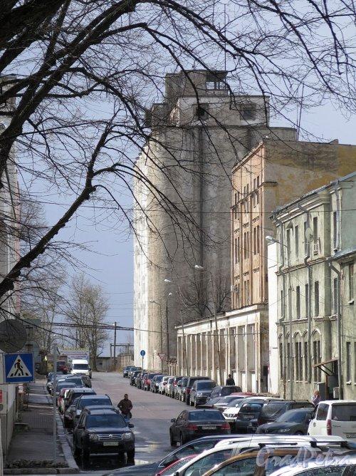 Советская ул. (Выборг). Вид улицы у домов 2-6 и Элеватор хлебозавода. фото май 2017 г.