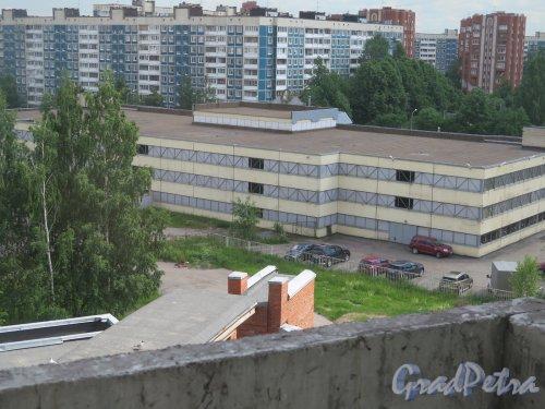 Ул. Сикейроса, д. 14. Торговое эдание (автосервис). Общий со стороны двора. фото июль 2017 г.