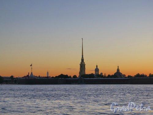 Петропавловская Крепость во время заката. Вид с Дворцовой набережной. фото июль 2017 г.