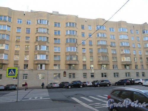 Тверская ул., д. 15. 7-этажный жилой дом с административными помещениями, 1980 г. Общий вид фасада. фото сентябрь 2017 г.