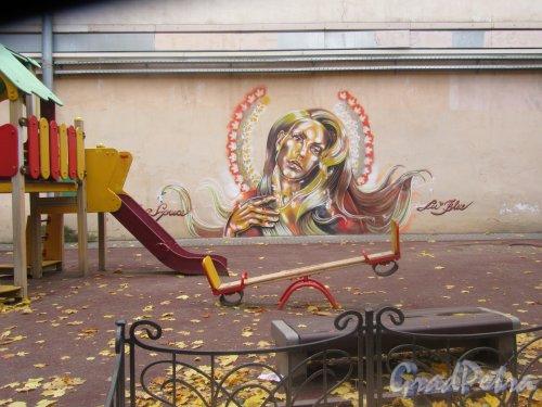 Мал. Садовая ул., д. 4. Двор. Детская площадка и граффити. фото октябрь 2017 г.