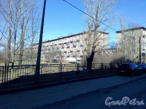 Улица Пинегина, дом 16. 5-этажный жилой дом серии 1-335 1959 года постройки. 4 парадные, 80 квартир. Вид дома с улицы Ольги Берггольц. Фото 02.04.2019 года.