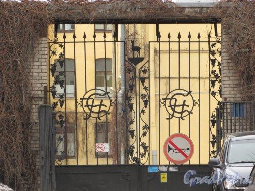 улица Александра Невского, дом 8. Ворота въезда на территорию. Фото 2 марта 2019 года.