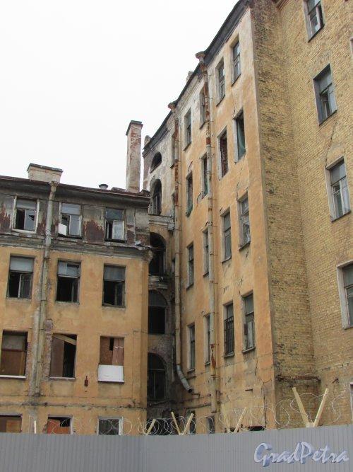 Тележная улица, дом 21, литера А. Переход между лицевым и дворовым корпусами. Фото 2 марта 2019 года.