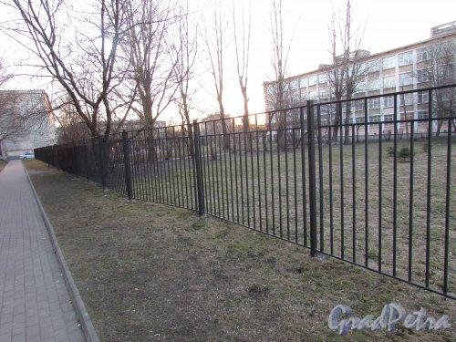 Бухарестская улица, дом 5, литера А. Ограждение участка школы № 360 Фрунзенского района со стороны жилых домов. Фото 16 апреля 2019 г.