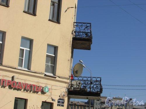 Дровяная улица, дом 14 / набережная Обводного канала, дом 183, литера А. Угловые балконы и табличка с номером здания. Фото 18 апреля 2019 г.