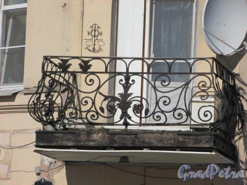 Дровяная улица, дом 14 / набережная Обводного канала, дом 183, литера А. Угловой балкон. Фото 18 апреля 2019 г.