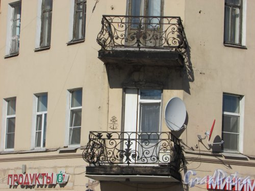 Дровяная улица, дом 14 / набережная Обводного канала, дом 183, литера А. Угловые балконы. Фото 18 апреля 2019 г.