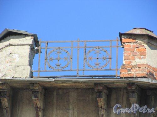 Дровяная улица, дом 14 / набережная Обводного канала, дом 183, литера А. Фрагмент ограждения крыши. Фото 18 апреля 2019 г.