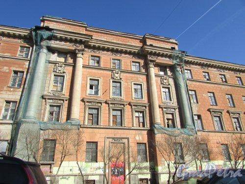 Дровяная улица, дом 10 (Морской переулок, дом 3, литера Р). Центральная часть фасада со стороны Дровяной улицы. Фото 18 апреля 2019 г.
