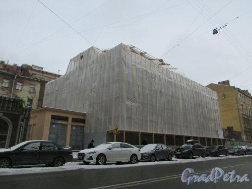 8-я Советская улица, дом 20-22 (дом 20). Общий вид здания во время реконструкции. Фото 12 марта 2019 года.
