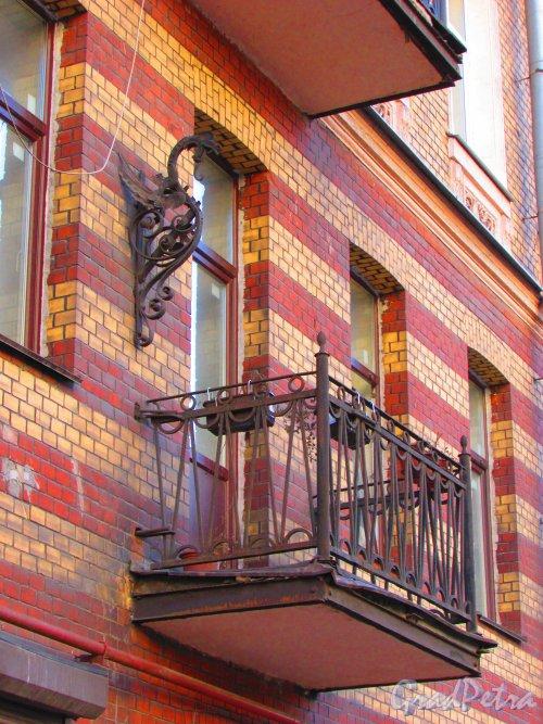 Большая Разночинная улица, дом 6. Балкон второго этажа и флагшток. Фото 1 мая 2016 года.
