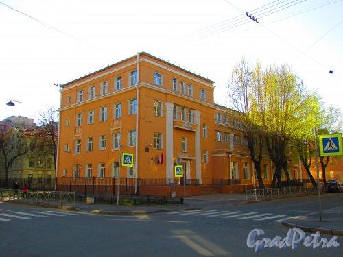 Малая Разночинная улица, дом 2-4, литера А. Общий вид здания школы № 50 Петроградского района. Фото 1 мая 2016 года.
