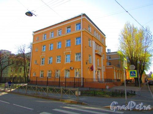 Малая Разночинная улица, дом 2-4, литера А. Фасад здания школы № 50 Петроградского района со стороны Малого проспекта. Фото 1 мая 2016 года.