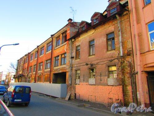 Малая Разночинная улица, дом 20 (с мезонином) и дом 18 (трехэтажный) (Пионерская улица, дом 33, литера Б и литера А). Общий вид зданий. Фото 1 мая 2016 года.